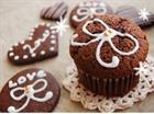 Bánh sôcôla đeo nơ xinh xắn.