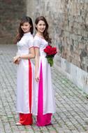 Áo dài trắng cổ tròn viền hồng