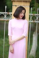 áo dài bốn tà màu hồng cổ tròn