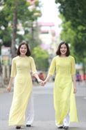 Áo dài hai tà màu vàng đính cườm