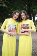 áo dài bốn tà màu vàng