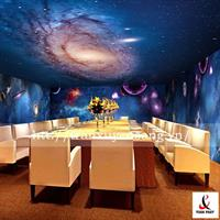Mẫu trần và vách nhà hàng xuyên sáng in hình vũ trụ