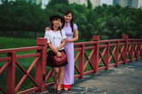 Áo dài trắng viền đỏ