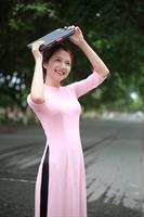 áo dài hai tà màu hồng