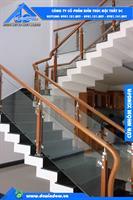 Lan can - Lan can cầu thang kính cường lực trụ inox kẹp gỗ