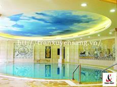 Mẫu trần xuyên sáng bể bơi in bầu trời xanh