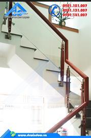 Lan can - Lan can cầu thang kính cường lực trụ inox kẹp gỗ kẹp hông