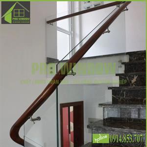 Cầu thang kính cường lực bắt ốc cách , tay vịn gỗ kẹp hông