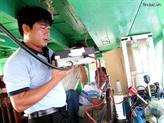 Trao máy bộ đàm hàng hải Icom cho các chủ tàu cá ở Quảng Ngãi