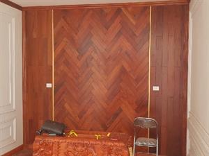 Lát và ốp tường Sàn gỗ Hương Lào cho phòng thờ thơm nức