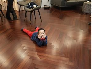 Công trình biến hóa Sàn gỗ Gõ đỏ thành tông màu óc chó cực kì hiện đại