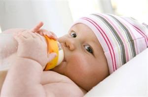 10 cách tập bú bình cho bé dễ dàng