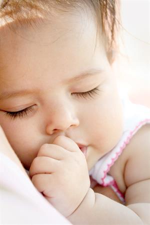 Những  thói quen đáng yêu của bé khi ngủ.