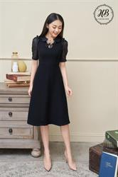 Váy đen cổ hoa